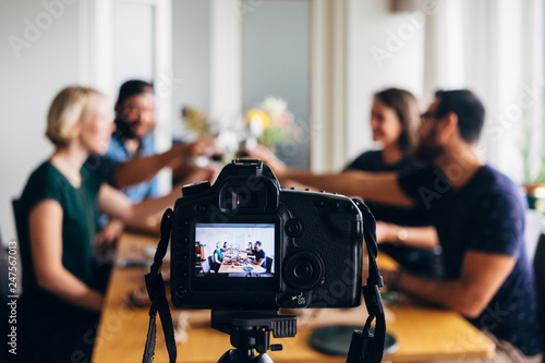 Fotografia blogging: people toasting a front a recording photo camera