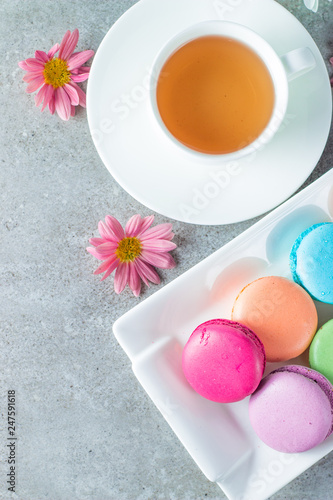 Fotografía  Photo of cake macarons, gift box, tea, coffee, cappuccino and flowers