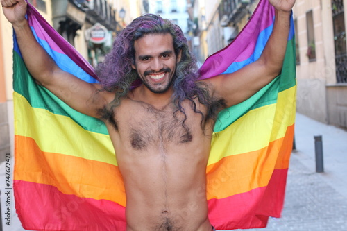 Fotografía  Gay man celebrating diversity with pride