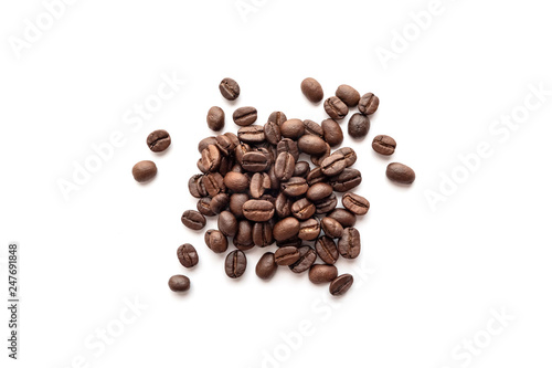 Salle de cafe Roasted coffee beans isolated on white background. Close-up.