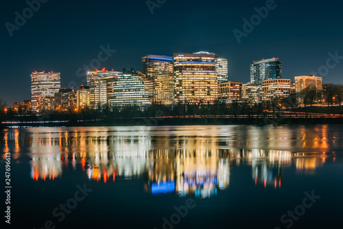 Fotografia  View of the Rosslyn skyline at night in Arlington, Virginia from Georgetown, Was