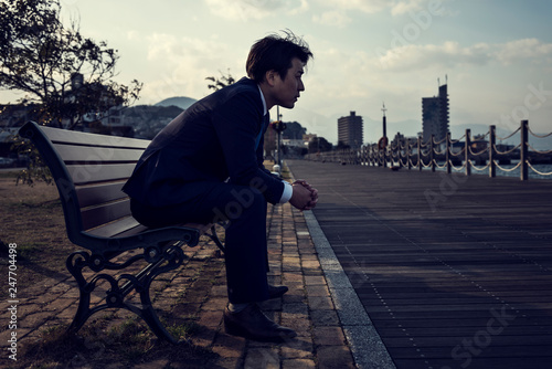 Fotografie, Obraz  公園のベンチに座るビジネスマン