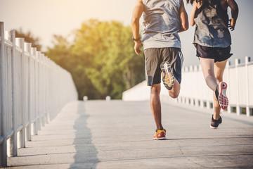 mladi par trkač koji trči po prometnici u gradskom parku