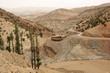 Karge Gebirgslandschaft im hohen Atlas, Marokko mit Landstrasse, Reiter und Haus