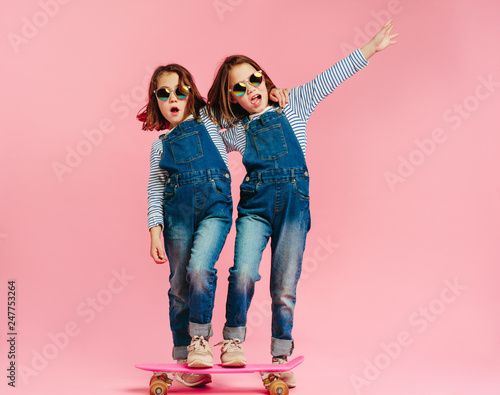 Photo  Stylish cute girls with skateboard