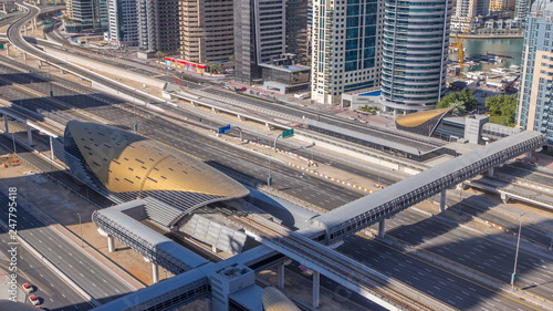 Obraz na dibondzie (fotoboard) Futurystyczny budynek Dubai metro i tramwajowa stacja i luksusowi drapacze chmur za timelapse