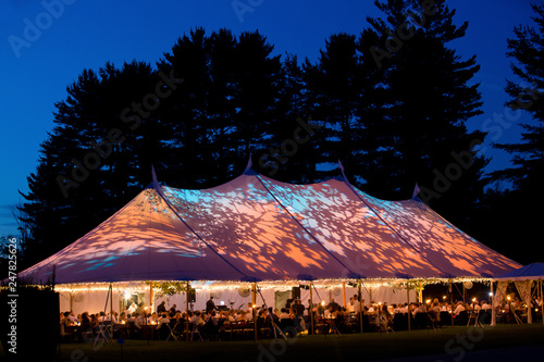 Fotografía Wedding tent at night - Special event tent lit up from the inside with dark blue