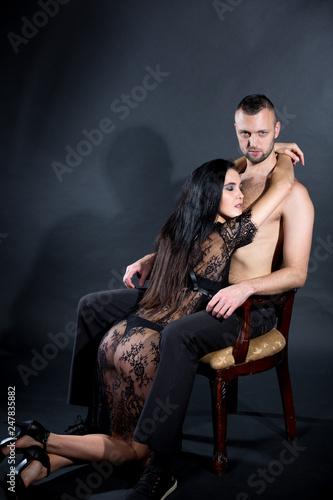 Fotografía  kneel woman and Boss seats on wooden chair