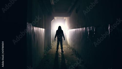 Fotomural Silhouette of man in dark creepy and spooky corridor
