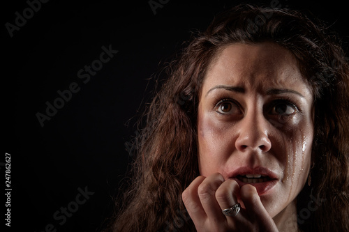 Foto closeup portrait of a scared woman crying with bruises and wounds marks on her f