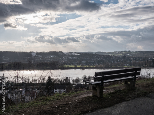 Foto  a bench sitting overlooking the river rhin in germany