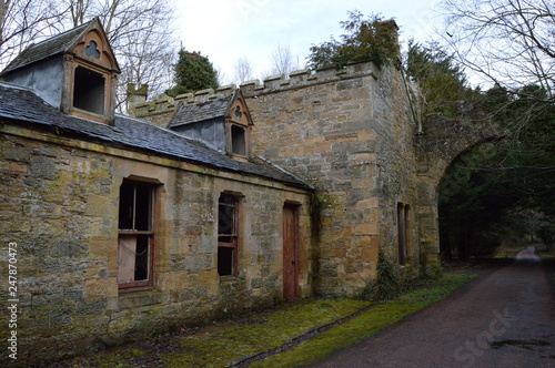 Foto Ruined buildings at the entrance to the striking ruins of Crawford Priory, Springfield, Cupar, Fife, extended in early 19th century