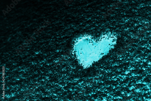Fotografia  Heart painted on the snow-covered windshield of a car