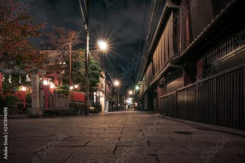 Poster de jardin Kyoto Traditional Japanese buildings at night in autumn on a narrow street in Gion District, Kyoto, Japan.