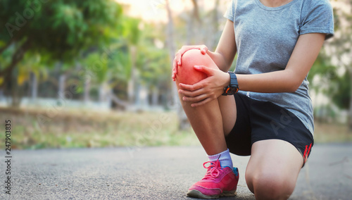 Fotografia  runer woman with knee injury and pain