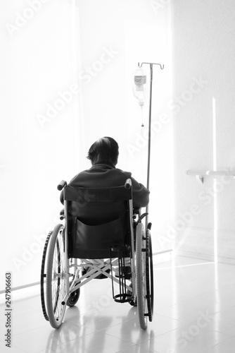 Fotografie, Obraz  老人 女性 車椅子 点滴