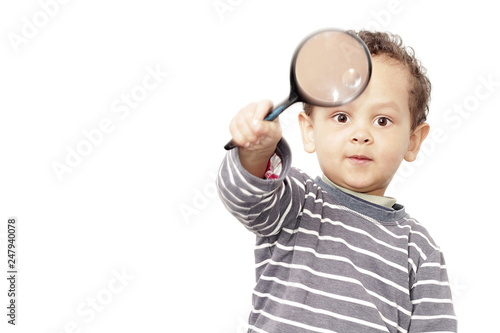 Fotografía  boy with magnifying glass ready to explore