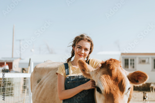 Foto  Happy woman with a cow