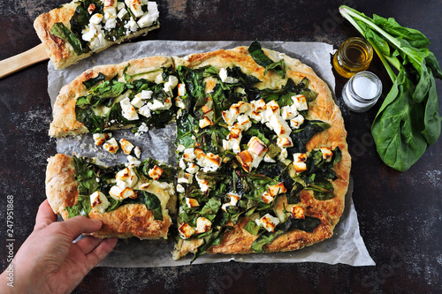 Photo Homemade pizza with spinach and feta