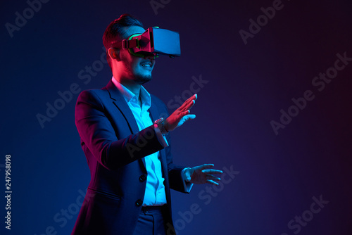 Fotografiet  Businessman conducting meeting in vr glasses