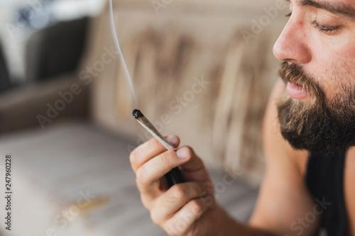 Fotografía Man smoking pot