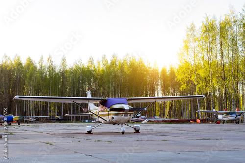 Zdjęcie XXL Lekkie samoloty pasażerskie zaparkowane przed odlotem na prywatnym lotnisku w Kronshtadt, St.Petersburg, Rosja. Przemysłowy i cywilny transport lotniczy statkami powietrznymi. Profesjonalne loty samolotami