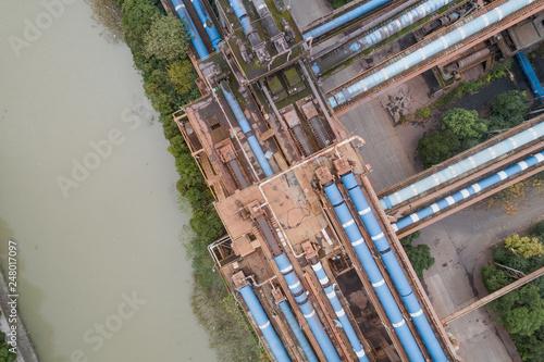 Plakat widok z lotu ptaka budynków przemysłowych w opuszczonych terenów przemysłowych