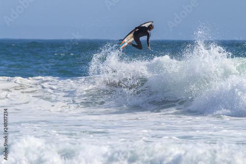 Manobra de surfista na praia de Carcavelos Portugal Wallpaper Mural
