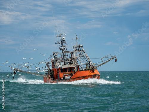 Stampa su Tela Fishing boat followed by seagulls