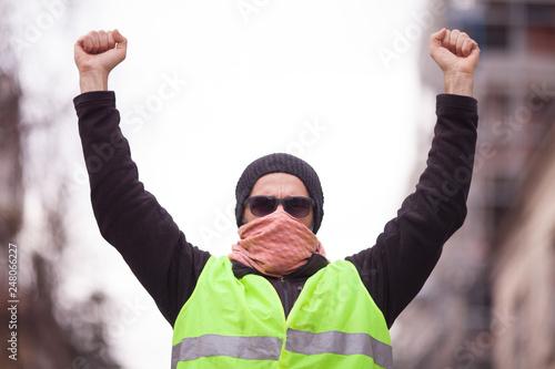 Fotografía  yellow vest protester on the street