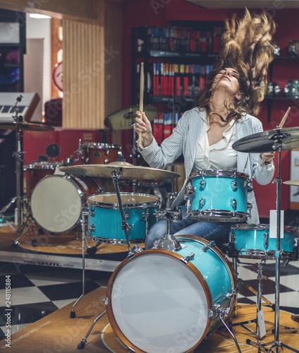 Fotografía Young girl enjoys a musical instrument store