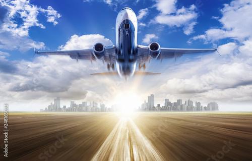 samolot na niebie przed wschodem słońca