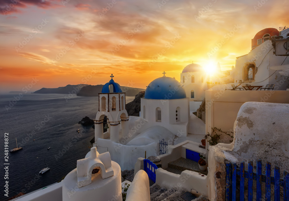 Fototapety, obrazy: Romantischer Sonnenuntergang über dem malerischem Dorf Oia auf der Insel Santorini, Kykladen, Griechenland