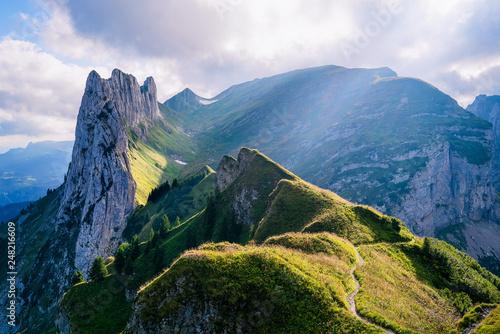 gorski-krajobraz-w-alpach-szwajcarskich-z-poszarpanymi-szczytami-i-nieskazitelnie-niebieskim-gorskim-jeziorem-w-dolinie-daleko-ponizej