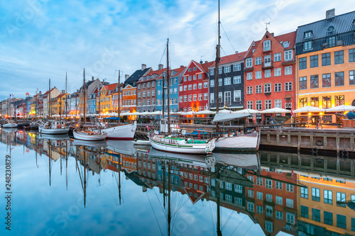 Fotografia  Nyhavn in Copenhagen, Denmark.