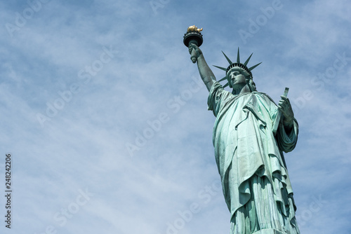 Fotografía The Statue of Liberty isolated against the sky