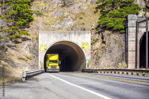 Zdjęcie XXL Przez tunel przechodzi duża, profesjonalna ciężarówka żółta