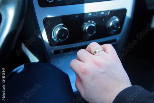 Fototapeta samochód ręka z obrączką na skrzyni biegów obraz
