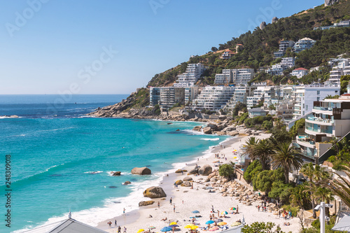 Foto  Clifton beach view and coastline buildings in Cape Town, South Africa
