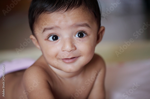 Photo  Close up of adorable baby lying on bed