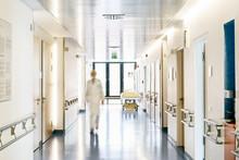 Krankenhaus Arzt Unscharf Von Vorne Laufen