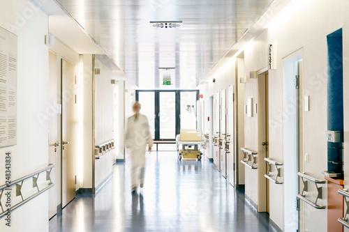 Obraz na plátně Krankenhaus Arzt unscharf von vorne laufen