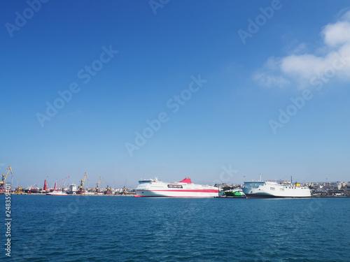 Photo  a ship on the horizon, a ship at sea far away