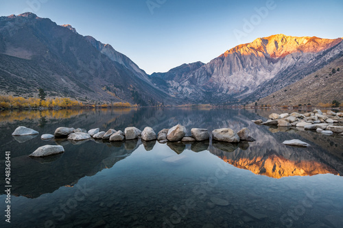 Photo  Long exposure sunrise photo of Convict Lake, an alpine lake in the Sierra nevada