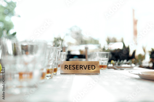 plate reserved on a white tablecloth in a restaurant Fototapet