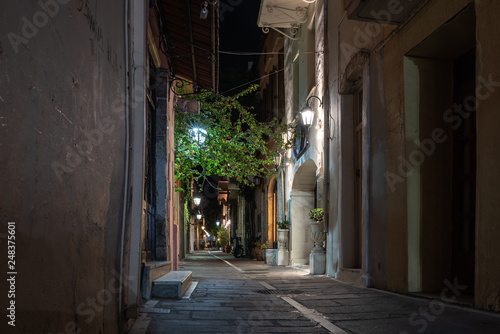 Fototapeten Schmale Gasse Night narrow street of Rethymno old town, Crete island, Greece