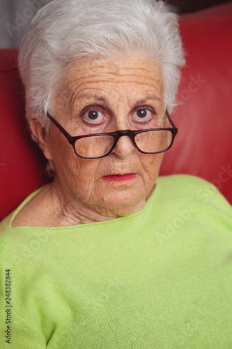 Photo nonna con espressione di sorpresa sul volto