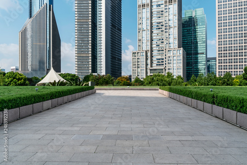 Photo  Empty square floor tiles and skyline of modern urban buildings in Shanghai