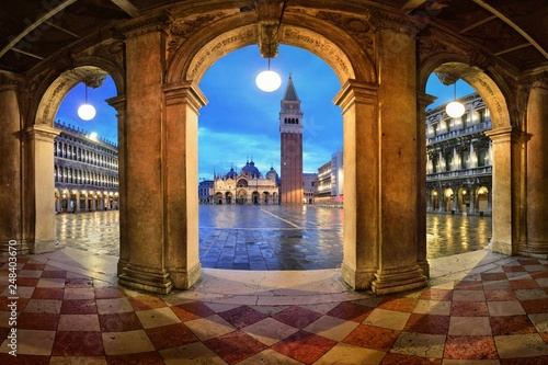 Fotomural  Piazza San Marco hallway night view
