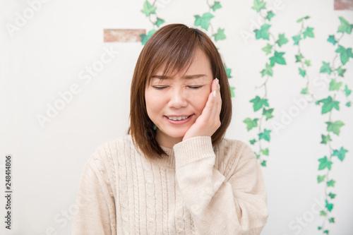 Fotografija 歯が痛い女性